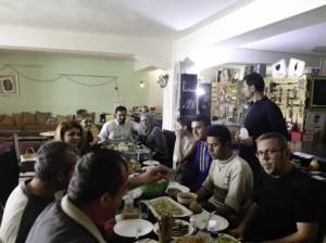 Flüchtlinge beim gemeinsamen Essen