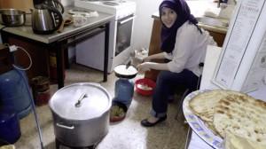 """Frau bei der Essensbereitung für die """"Tafel"""""""