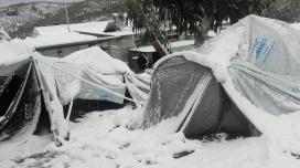 Zelte im Schnee in einem Flüchtlingscamp auf Lesbos
